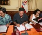 Abel Temarii, 2è adjoint au maire signant le nouveau contrat de ville